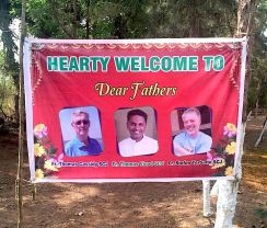 A special banner was made to welcome the VIPs: Fr. Tom Cassidy, Fr. Thomas Vinod (district superior) and Fr. Stefan Tertünte (director of the Dehon Study Center in Rome; he was in India giving formation workshops).